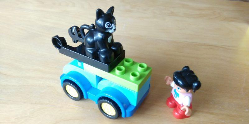 Spielzeugbild: Legoauto mit Katze und Kind