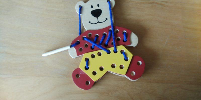 Spielzeugbild: Ein buntes Holzbärchen.