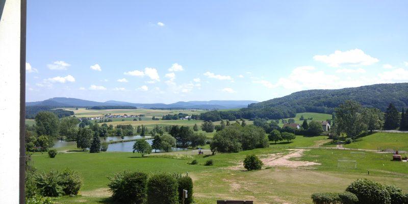 Bild: Sommerlandschaft mit Hügeln und See