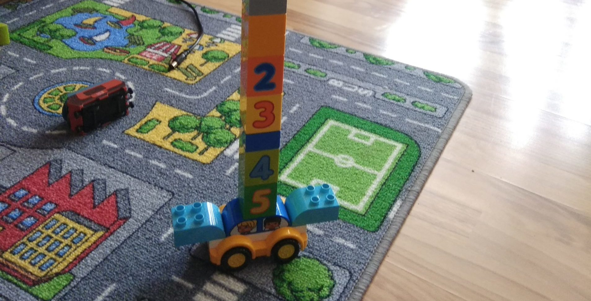 Symbolbild: Auto mit Bauklotzturm